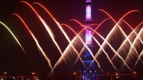 Putin addresses nation, fireworks in Moscow