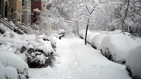 Mammoth snowfall brings US to a grinding halt